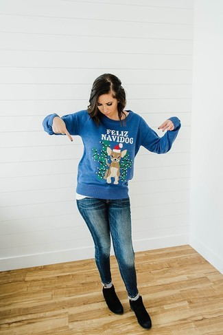 How to wear: blue christmas crew-neck sweater, white crew-neck t-shirt, navy skinny jeans, black suede ankle boots