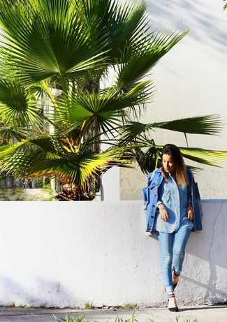 How to Wear a Light Blue Denim Shirt In Warm Weather For Women: A light blue denim shirt and light blue skinny jeans are a good ensemble that will easily carry you throughout the day and into the night. Black suede heeled sandals will glam up your look.