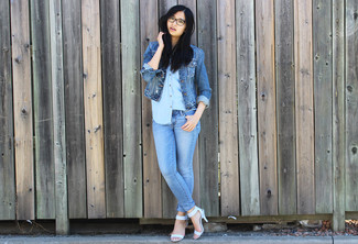 Who said you can't make a style statement with a casual look? You can do so with ease in a blue denim jacket and light blue skinny jeans. For footwear, go down the classic route with Giuseppe Zanotti Design women's Alien 115 Cage Sandals. This one will play especially nice when warmer days are here.
