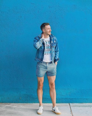 How to wear: blue denim jacket, white and blue print crew-neck t-shirt, blue vertical striped shorts, white and navy low top sneakers