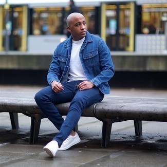 Navy Skinny Jeans Outfits For Men: A blue denim jacket and navy skinny jeans matched together are a great match. If in doubt as to the footwear, go with a pair of white canvas low top sneakers.