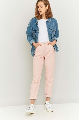 How to wear: blue denim jacket, white crew-neck t-shirt, pink boyfriend jeans, white low top sneakers