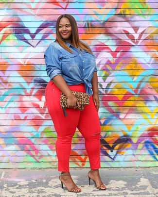 How to wear: blue denim shirt, red skinny jeans, tan leopard leather heeled sandals, tan leopard suede clutch
