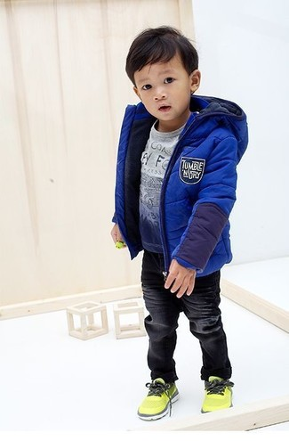 How to Wear Black Jeans For Boys: A blue jacket and black jeans are a nice outfit for your son to wear when you go on walks. As far as footwear is concerned, suggest that your kid go for a pair of green-yellow sneakers.