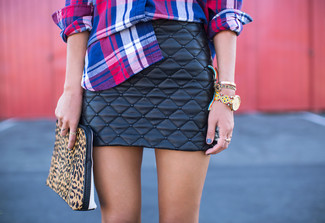A blue plaid button-front shirt and a black leather mini skirt is a good combination worth integrating into your wardrobe. We guarantee this ensemble is the just the remedy to bleak autumn weather.