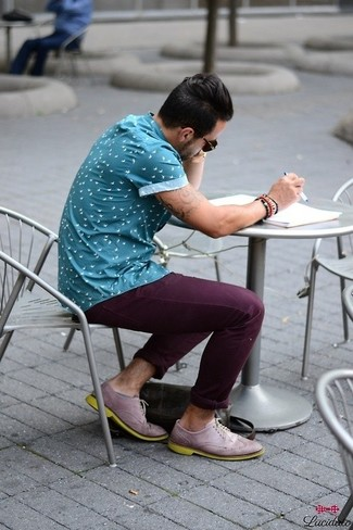 A blue print short sleeve shirt with dark purple casual trousers has become an essential combination for many style-conscious men. Bring instant interest and excitement to your getup with light violet leather brogues. Super cool and entirely summer-appropriate, you can work this ensemble all season long.