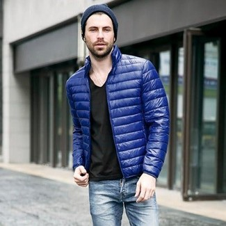 How to wear: blue puffer jacket, black v-neck t-shirt, blue jeans, navy beanie