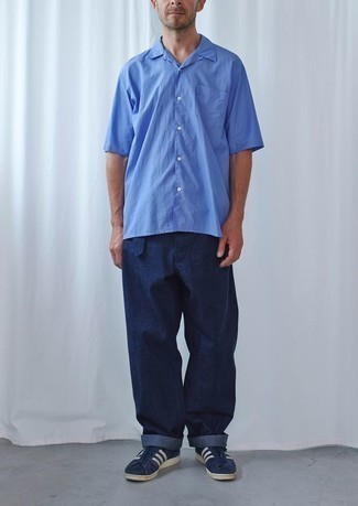 How to Wear a Blue Short Sleeve Shirt For Men: This relaxed casual combination of a blue short sleeve shirt and navy chinos is a winning option when you need to look stylish in a flash. Navy and white suede low top sneakers will be a stylish addition to this ensemble.