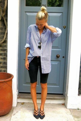 How to wear: blue vertical striped dress shirt, black denim bermuda shorts, black leather ballerina shoes