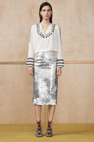 Cómo combinar: blusa campesina estampada en blanco y negro, falda lápiz de lentejuelas plateada, sandalias de tacón de cuero con print de serpiente en blanco y negro