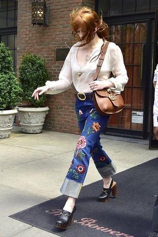 Cómo combinar: blusa campesina blanca, vaqueros bordados azules, chinelas de cuero negras, bolso bandolera de cuero marrón