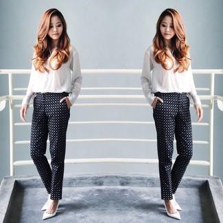 6a6769812 Look de moda: Blusa de botones blanca, Pantalones pitillo a lunares ...