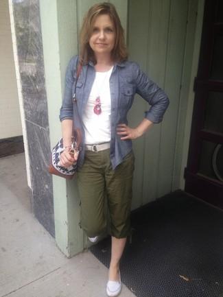 Cómo combinar: blusa de botones de cambray azul marino, camiseta con cuello circular blanca, pantalón cargo verde oscuro, mocasín de conducción de cuero blancos