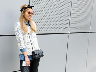 Cómo combinar: blusa de botones vaquera celeste, blusa de manga larga de encaje blanca, pantalones pitillo de cuero negros, bolso bandolera de cuero negro