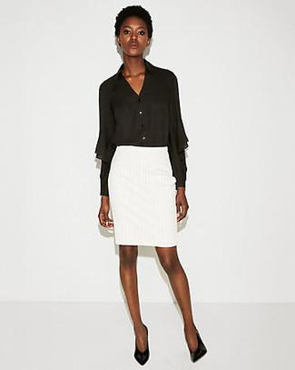 Cómo combinar: blusa de botones de gasa negra, falda lápiz blanca, zapatos de tacón de cuero negros