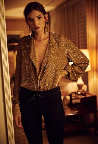 Look de moda: Blusa de botones dorada, Pantalones pitillo negros, Pendientes dorados