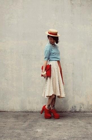 Cómo combinar: blusa de botones celeste, falda campana de encaje en beige, botines de ante rojos, cartera sobre de cuero roja