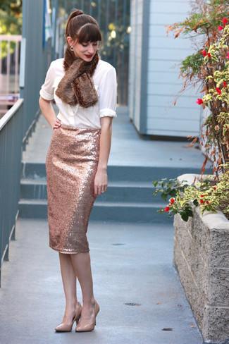 Cómo combinar: blusa de botones blanca, falda lápiz de lentejuelas rosada, zapatos de tacón de cuero en beige, bufanda de pelo marrón
