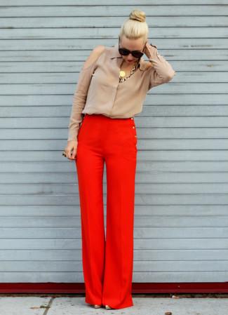 Cómo combinar: blusa de botones de seda marrón claro, pantalones anchos rojos, zapatos de tacón en beige, collar dorado