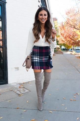 Cómo combinar: blusa de botones blanca, minifalda de lana de tartán negra, botas sobre la rodilla de ante grises, bolso bandolera de cuero en beige