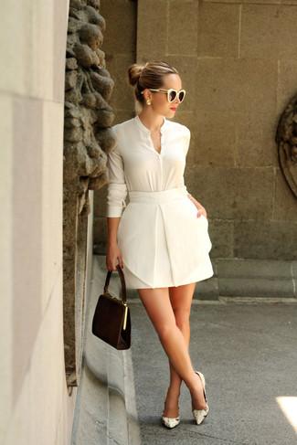 Cómo combinar: blusa de botones blanca, minifalda blanca, zapatos de tacón de cuero con print de serpiente en beige, cartera sobre de ante en marrón oscuro