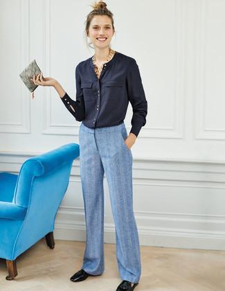 Cómo combinar: blusa de botones azul marino, pantalones anchos celestes, mocasín con borlas de cuero negro, cartera sobre de cuero gris