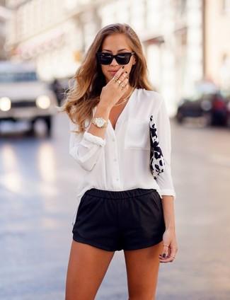 pantalones blanca de unos prendas y blusa cortos negros botones una hace versatilidad La de los IwxTqBzYB