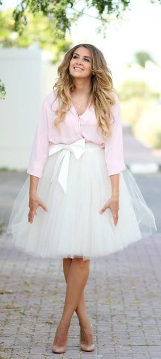 Algo tan simple como emparejar una blusa de botones rosada junto a una falda  de tul 3ca7d4e84085