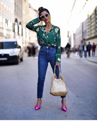 Cómo combinar: blusa de botones con print de flores verde oscuro, vaqueros azules, chinelas de satén rosa, mochila con cordón de cuero blanca