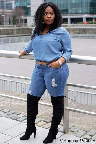 Cómo combinar: blusa de botones vaquera celeste, vaqueros pitillo desgastados azules, botas sobre la rodilla de ante negras, correa de cuero marrón claro