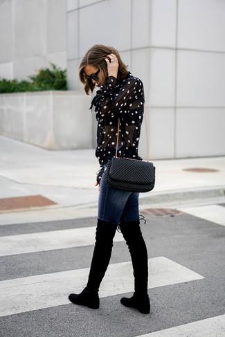 Cómo combinar: blusa de botones a lunares en negro y blanco, vaqueros pitillo azul marino, botas sobre la rodilla de ante negras, bolso bandolera de cuero acolchado negro