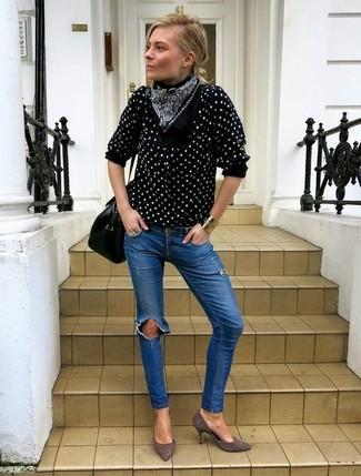 Cómo combinar: blusa de botones a lunares en negro y blanco, vaqueros pitillo desgastados azules, zapatos de tacón de ante grises, bolso de hombre de cuero negro