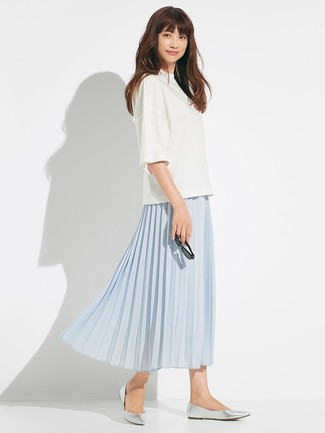 Cómo combinar: blusa de manga corta blanca, falda midi plisada celeste, bailarinas de cuero plateadas