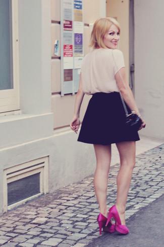 Cómo combinar: blusa de manga corta en beige, falda skater negra, zapatos de tacón de satén rosa, bolso bandolera de cuero acolchado negro