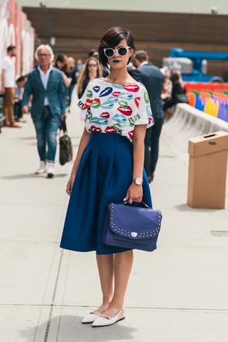 Look de moda: Blusa de manga corta estampada blanca, Falda campana azul marino, Bailarinas de cuero blancas, Bolso de hombre de cuero azul