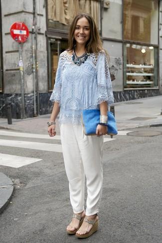 Cómo combinar: blusa de manga corta de crochet celeste, pantalón de pinzas de seda blanco, sandalias con cuña de cuero en beige, cartera sobre de pelo azul