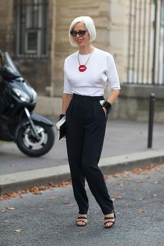 Cómo combinar: blusa de manga corta blanca, pantalón de pinzas negro, sandalias de tacón de cuero negras, gafas de sol negras