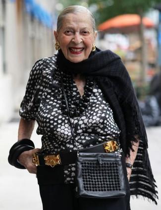 Cómo combinar: blusa de manga corta estampada en negro y blanco, pantalones anchos negros, bolso bandolera de cuero negro, correa de cuero con adornos en negro y dorado