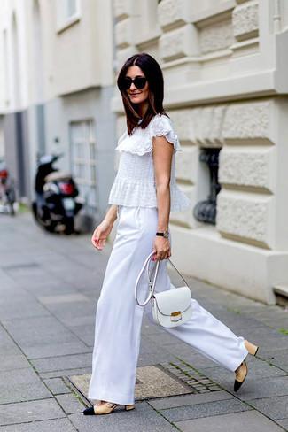 Cómo combinar: blusa de manga corta de encaje con volante blanca, pantalones anchos blancos, zapatos de tacón de cuero en beige, bolso bandolera de cuero blanco