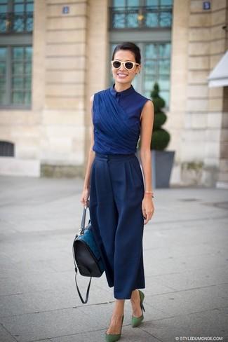Cómo combinar: blusa de manga corta azul marino, pantalones anchos azul marino, zapatos de tacón de ante verdes, bolso de hombre de cuero en verde azulado