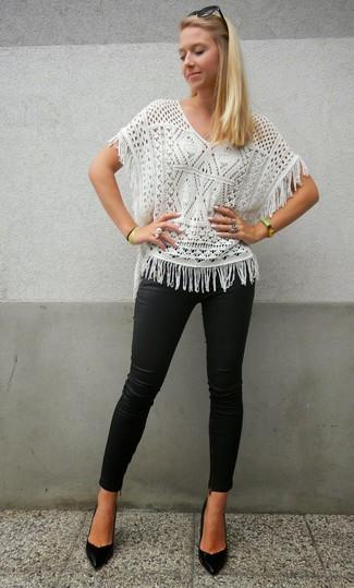 Cómo combinar: blusa de manga corta de punto blanca, pantalones pitillo de cuero negros, zapatos de tacón de cuero negros, gafas de sol negras