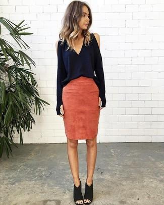 Cómo combinar: blusa de manga larga azul marino, falda lápiz de ante naranja, botines de ante con recorte negros