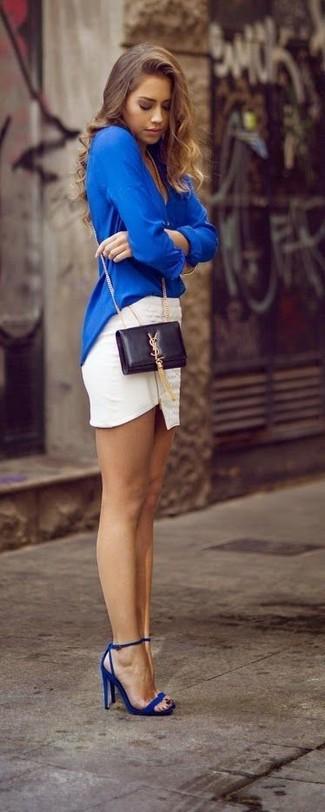 La versatilidad de una blusa de manga larga azul y una minifalda blanca los hace prendas en las que vale la pena invertir. Completa tu atuendo con sandalias de tacón de cuero azules para destacar tu lado más sensual.