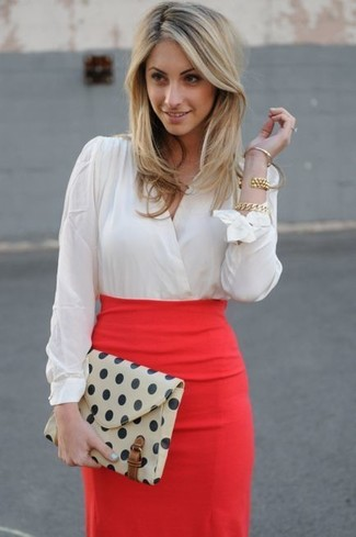 9162f2f154f4 Look de moda: Blusa de manga larga blanca, Falda lápiz roja, Cartera ...