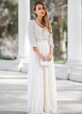 Cómo combinar: blusa de manga larga de gasa blanca, falda larga de encaje blanca, cartera sobre de cuero blanca, collar blanco