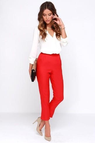 Cómo combinar: blusa de manga larga blanca, pantalón de pinzas rojo, zapatos de tacón de cuero en beige, cartera sobre de cuero de leopardo marrón claro