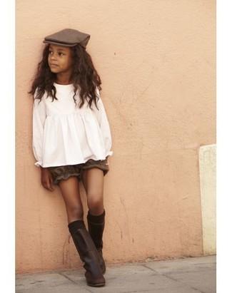 Cómo combinar: blusa de manga larga blanca, pantalones cortos marrónes, botas de cuero en marrón oscuro