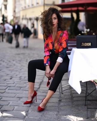 Cómo combinar: blusa de manga larga con print de flores en multicolor, pantalones pitillo negros, zapatos de tacón de ante rojos