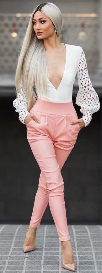 Cómo combinar: blusa de manga larga con recorte blanca, pantalón de pinzas rosado, zapatos de tacón de cuero marrón claro