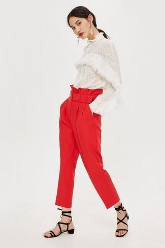 Cómo combinar: blusa de manga larga de encaje blanca, pantalón de pinzas rojo, sandalias romanas de ante negras